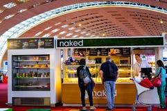 从赤裸食物立场的人买的食物在巴黎夏尔・戴高乐CDG机场 库存图片