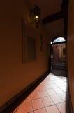 从走廊的内部视图通过门户开放主义对庭院  图库摄影