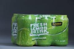 从超大,荷兰超级市场的新鲜的柠檬饮料罐头 免版税库存图片