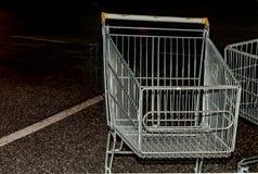 从超级市场的台车夜停放的关闭的  库存照片