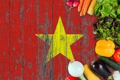 从越南的新鲜蔬菜在桌上 烹调在木旗子背景的概念 免版税库存照片