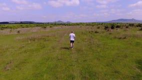 从跑在匈牙利草甸的一个人的空中英尺长度 影视素材