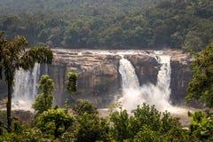 从距离的瀑布Athirapally正面图与绿色森林 图库摄影