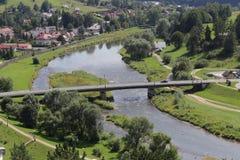 从跨接的Baszta山的看法在波普拉德河 免版税库存图片