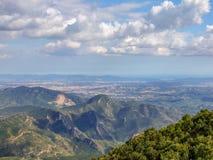 从路的看法向蒙特塞拉特修道院在西班牙 免版税图库摄影