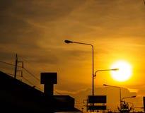 从路的看法在日落的城市 图库摄影