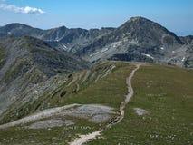 从路线的全景到攀登对Pirin山,保加利亚的一个Vihren峰顶 免版税库存照片