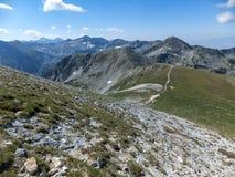 从路线的全景到攀登对Pirin山,保加利亚的一个Vihren峰顶 图库摄影