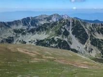 从路线的全景到攀登对Pirin山,保加利亚的一个Vihren峰顶 免版税库存图片