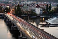 从跳舞的房子的顶端看法下来到在伏尔塔瓦河的桥梁在布拉格在晚上 免版税库存图片