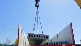 从身体上升在卡车起重机的一块混凝土板 股票录像