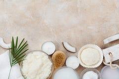 从身体关心、健康和秀丽治疗的温泉设置 椰子在石台式视图洗刷,上油并且提取乳脂 平的位置 免版税图库摄影