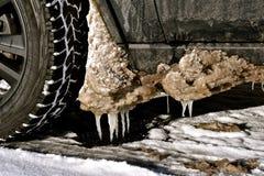 从轮胎的融雪在春天解冻期间 免版税库存图片