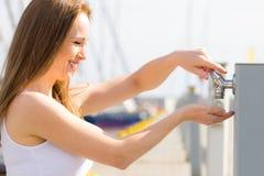 从轻拍的妇女饮用水在小游艇船坞 库存照片