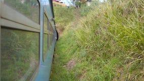 从输入对黑暗的隧道的移动的老蓝色火车窗口的看法在山 乘客铁路运输横穿 股票录像