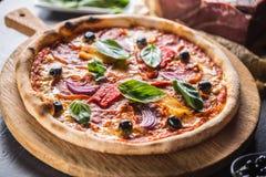 从辣蒜味咸腊肠peperon的比萨diavolo传统意大利膳食 库存图片