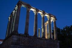 从边的Templo罗马罗马寺庙在晚上在城市 库存照片