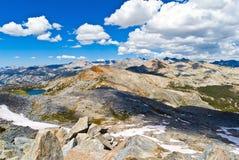 从过帐峰顶,约塞米蒂国家公园, Californ的大教堂范围 免版税库存图片