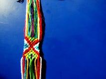从过程的螺纹编辫子的镯子 免版税库存图片