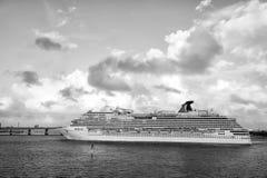从迈阿密的大游轮划线员航行 库存图片