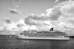 从迈阿密的大游轮划线员航行 库存照片