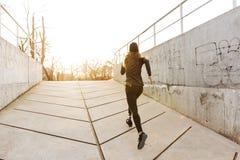 从运动残疾女孩后面的照片有义肢腿的 库存照片