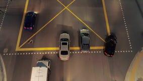 交通鸟瞰图在高速公路的 ?? 从运行在高速公路的汽车寄生虫的顶视图在晚上 股票录像