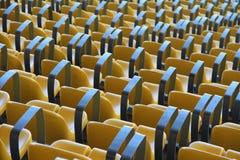 从返回的体育场黄色坐的视图。 库存照片