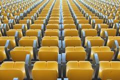 从返回的体育场黄色坐的视图。 免版税库存照片