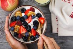 从酸奶干酪、酸性稀奶油和各种各样的莓果的全家 免版税库存照片