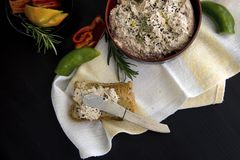 从酸奶干酪用各式各样的蕃茄,金枪鱼,荷兰芹绿色浸洗洒与黑小茴香五谷,服务用多士 免版税库存图片