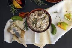 从酸奶干酪用各式各样的蕃茄,金枪鱼,荷兰芹绿色浸洗洒与黑小茴香五谷,服务用多士 免版税库存照片
