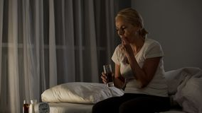 从采取抗抑郁剂,自我治疗法的消沉的病态的女性痛苦 免版税库存图片