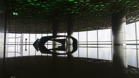 从里边现代地板与反射的一个大厦 免版税库存图片