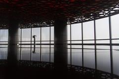 从里边现代地板与反射的一个大厦 图库摄影