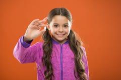 从里里外外的滋补饮食帮助身体 有长发举行药片手指的女孩 维生素概念 需要维生素 免版税库存图片