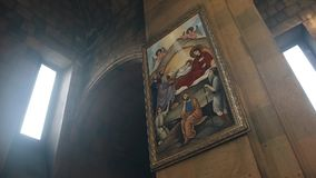 从里面的惊人基督教会 r 在墙壁上的象 股票视频