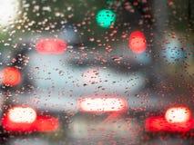 从里面的看法在雨上在挡风玻璃下降 免版税库存图片