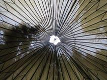 从里面看见的老降伞 免版税库存图片
