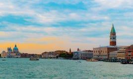 从重创的运河的威尼斯地平线 图库摄影