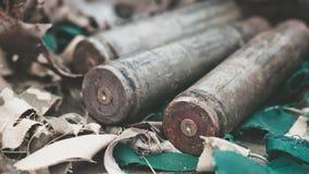 从重的机枪的子弹壳在与伪装网的桌上 库存图片