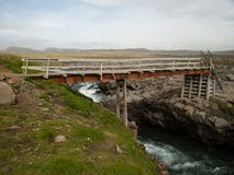 从金属和木头,冰岛的临时桥梁 免版税库存照片