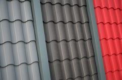 从金属瓦片的屋顶模板 数顶房顶盖子片断 库存图片