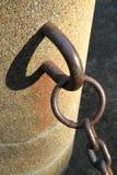 从金属链子和影子的抽象图象 免版税库存图片