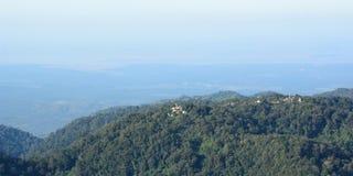 从金黄岩石的风景视图 Kyaiktiyo塔 星期一状态 缅甸 库存图片