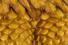 从金黄金属的抽象几何波浪背景与种族样式 免版税库存图片