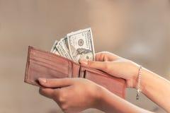 从钱包的金钱 免版税库存图片