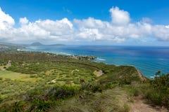 从钻石头山火山步行的海岸线视图在晴朗的da 免版税库存照片