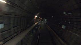 从铁路客舱的观点 在现代城市的隧道的最快速度地下火车骑马 时间间隔  影视素材