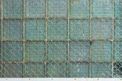 从链子链接和大块玻璃的金属纱的背景 库存照片